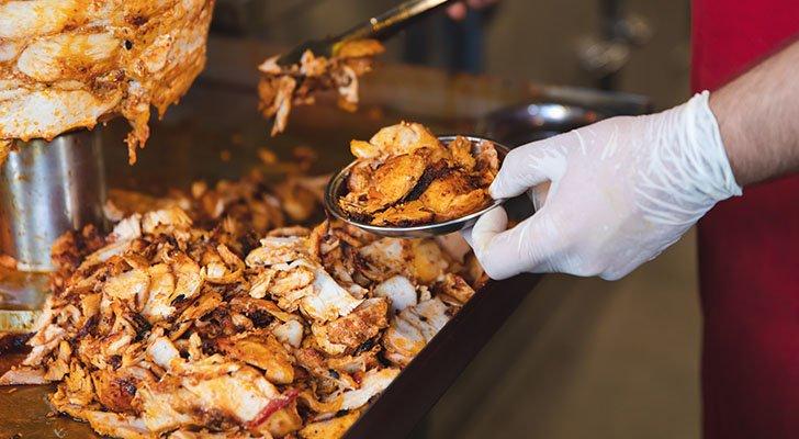 Fleisch ist die Hauptzutat eines Döners und liefert viele Proteine und Fette