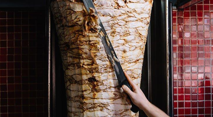 In der Dönerbude bekommst Du mindestens fertig geschnittenes Dönerfleisch