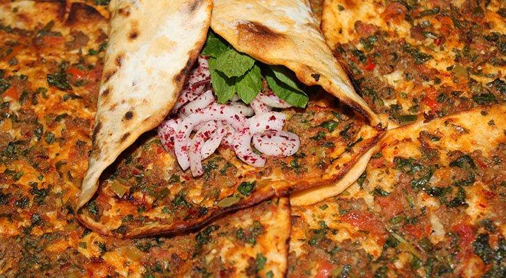 In Deutschland wird Lahmacun häufig mit Fleisch, Gemüse und Soße serviert
