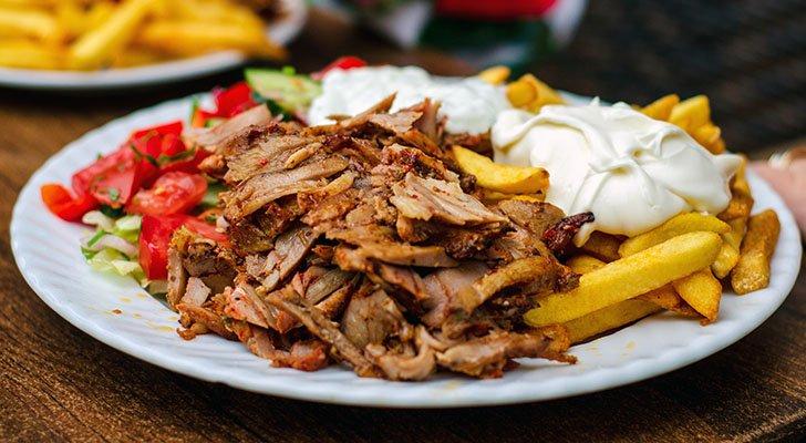 In Deutschland besteht der Dönerteller klassischerweise aus Dönerfleisch, Pommes, Soße und Salat